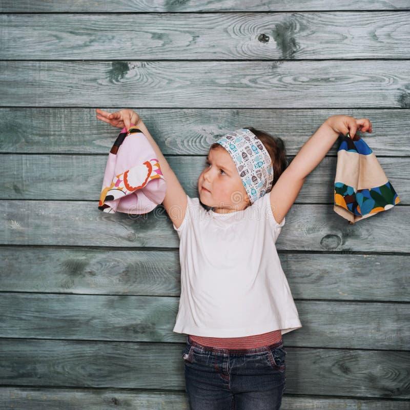 Stilfull benägenhet för tonårs- flicka mot en vägg fotografering för bildbyråer