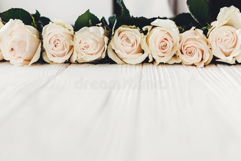 Stilfull blom- modell för hälsningkort Vita rosor på träbackg royaltyfria bilder