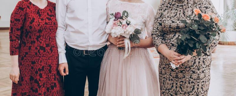 Stilfull bröllopbrud med buketten och brudgum som tar fotoet med f arkivbilder