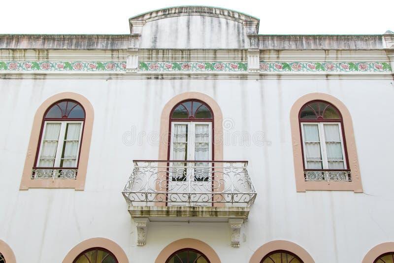 Stilfull byggnad: fönster och balkong royaltyfri foto