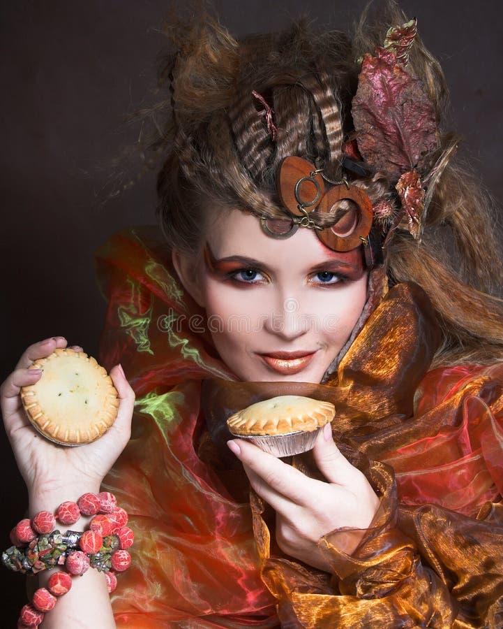 Stilfull dam med kakan royaltyfri bild