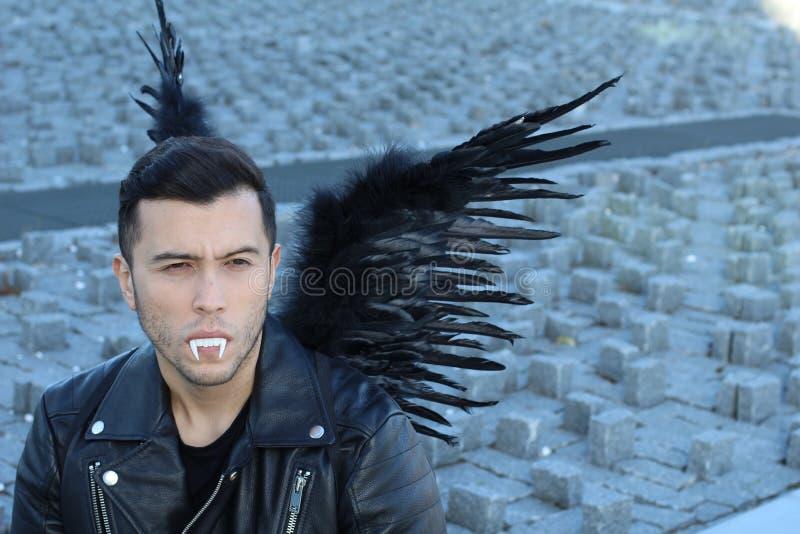 Stilfull etnisk vampyr med svarta vingar arkivbilder