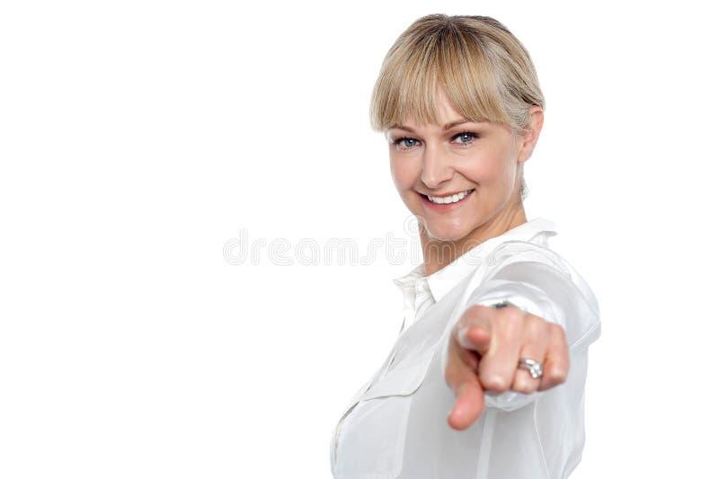 Stilfull företags kvinna som pekar på dig fotografering för bildbyråer