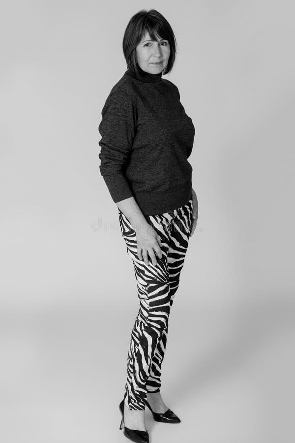 stilfull farmor Gammal kvinna för monokrom bildinnegrej arkivbilder