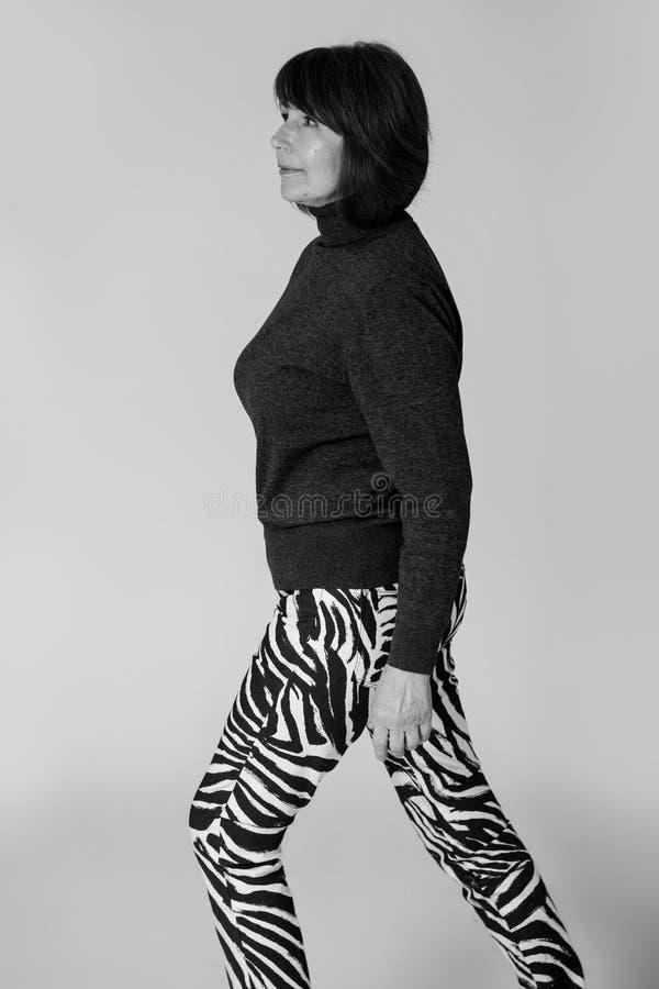 stilfull farmor Gammal kvinna för monokrom bildinnegrej arkivfoton