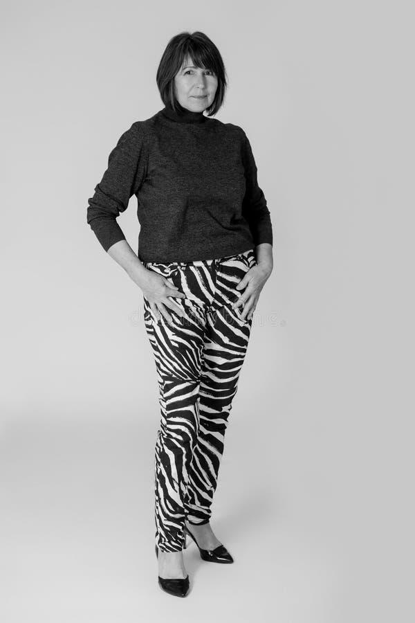 stilfull farmor Gammal kvinna för monokrom bildinnegrej arkivfoto