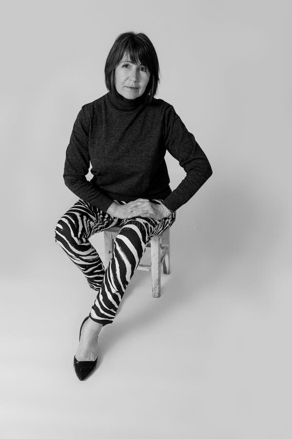 stilfull farmor Gammal kvinna för monokrom bildinnegrej fotografering för bildbyråer