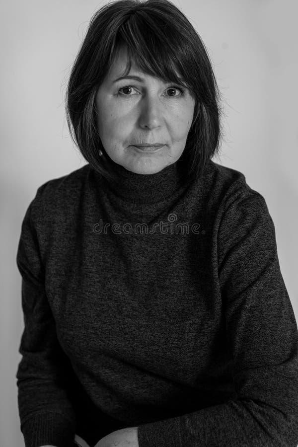 stilfull farmor Gammal kvinna för monokrom bildinnegrej royaltyfria foton