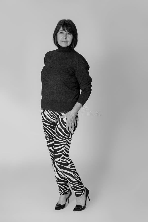 stilfull farmor Gammal kvinna f?r monokrom bildinnegrej royaltyfri fotografi