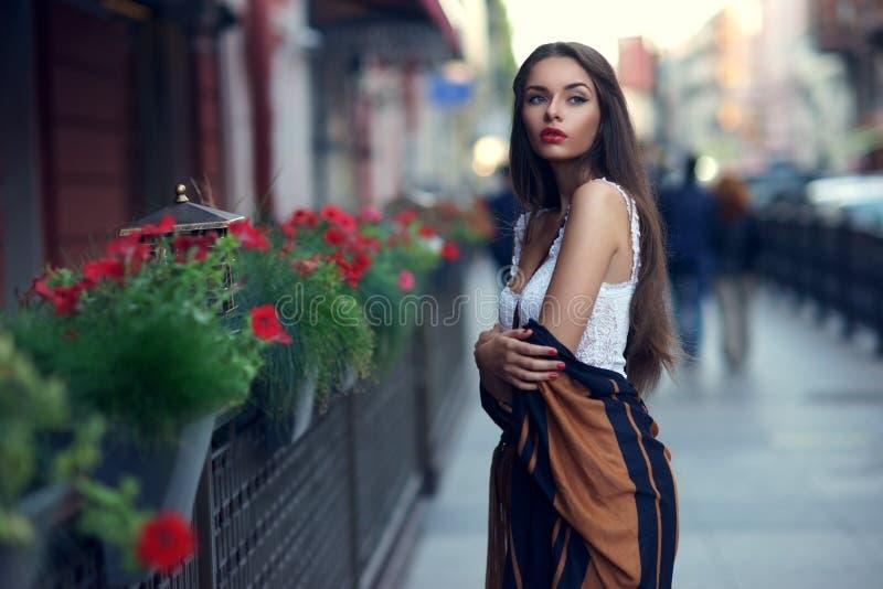 Stilfull flicka i stad royaltyfri bild