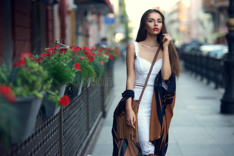 Stilfull flicka i stad royaltyfri fotografi