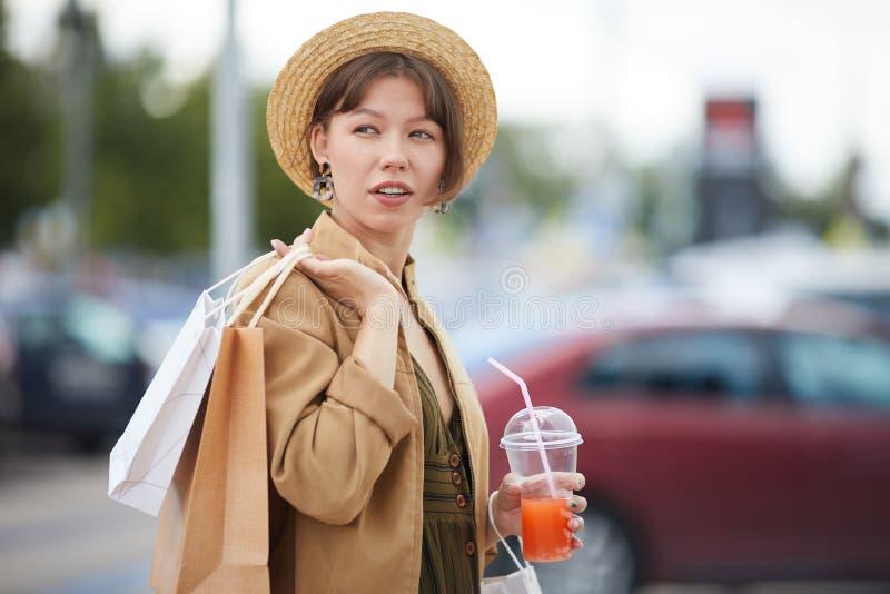 Stilfull flicka med shoppingp?sar arkivfoton
