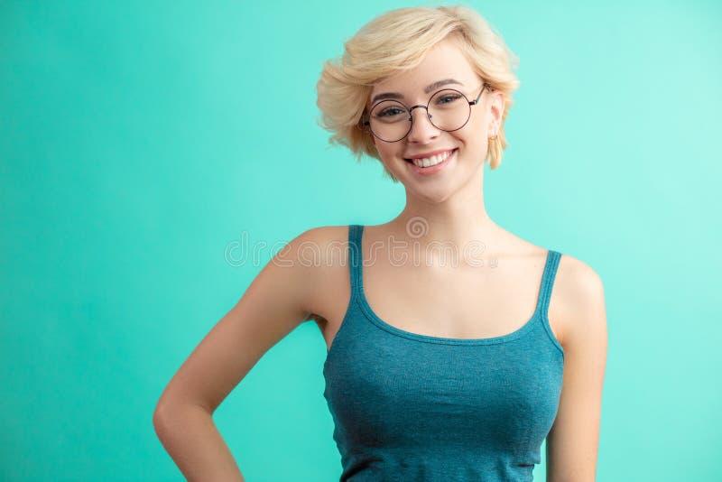Stilfull frans frisyr Kvinna med kort stil för blont hår arkivfoto