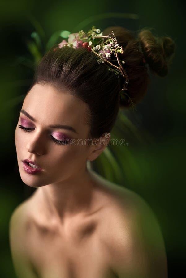 Stilfull frans Stilfull flicka med stark blick i studion arkivfoton