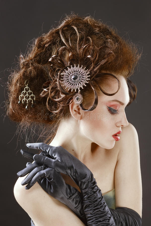 Stilfull frisyr för nätt glamorös flicka med komplexet arkivbilder