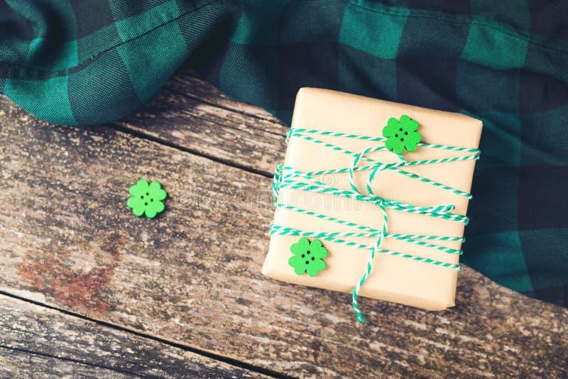 Stilfull gåvaask på träbräden arkivfoto