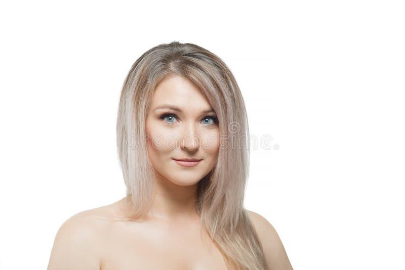 Stilfull härlig flicka med flödande hår som ser kameran med glat lyckligt ansiktsuttryck arkivfoto