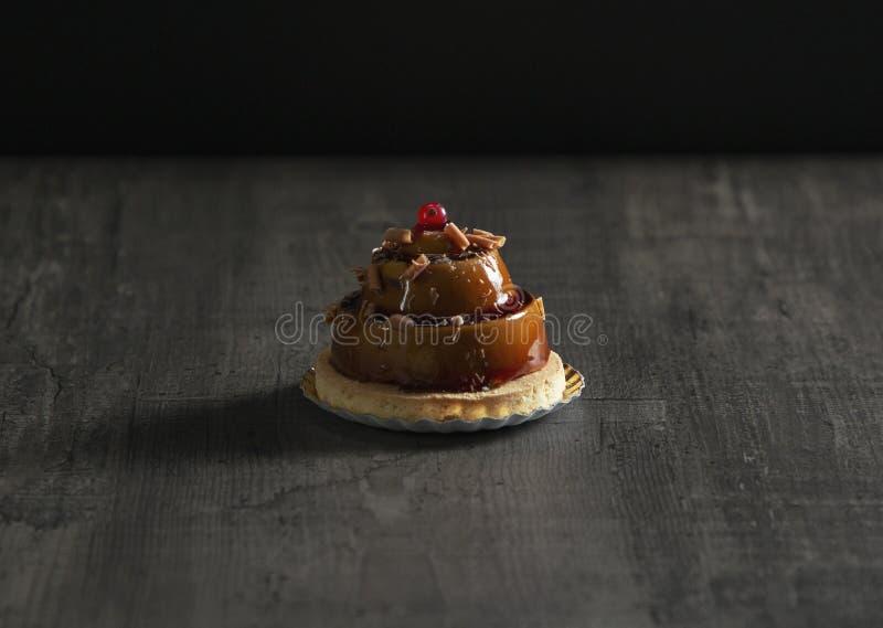 Stilfull härlig karamellkaka med bäret överst arkivbilder