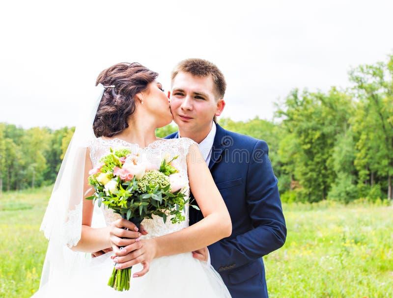 Stilfull härlig lycklig brud och brudgum som gifta sig berömmar royaltyfri foto