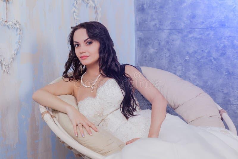 Stilfull härlig lycklig brud och brudgum som gifta sig berömmar, hotell, arkivfoton