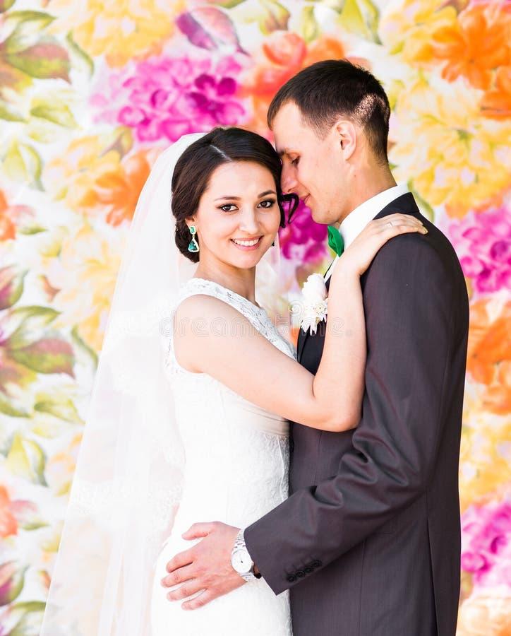 Stilfull härlig lycklig brud och brudgum som gifta sig utomhus- berömmar arkivbilder