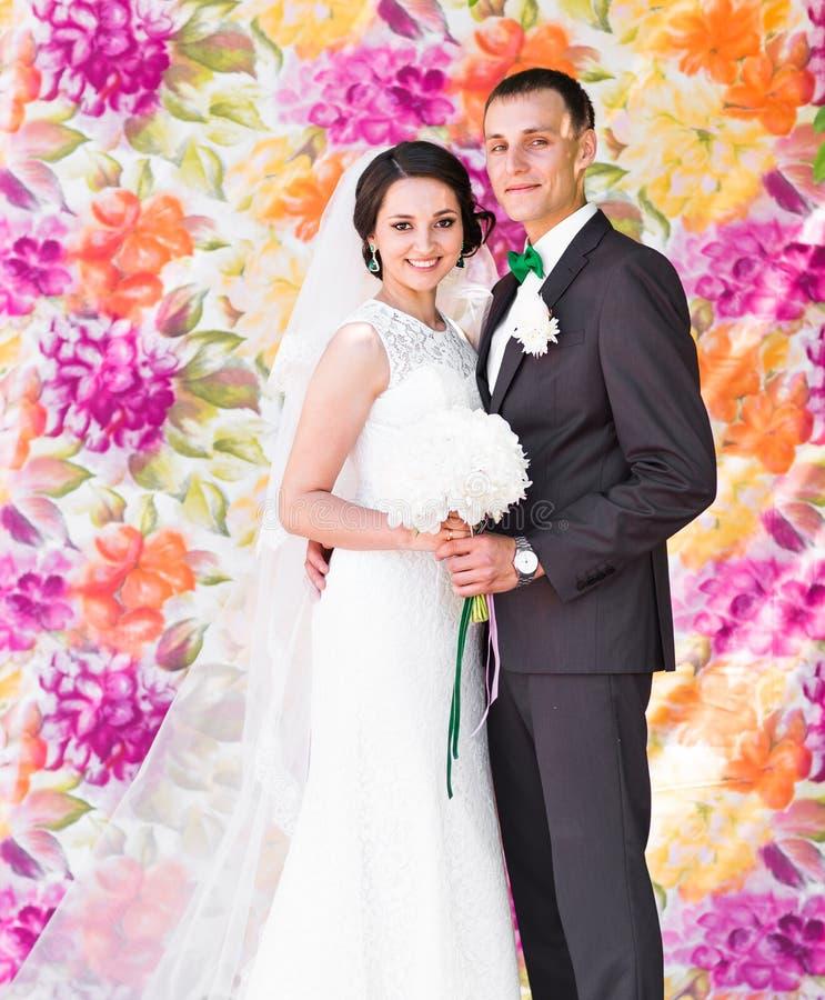 Stilfull härlig lycklig brud och brudgum som gifta sig utomhus- berömmar royaltyfri fotografi