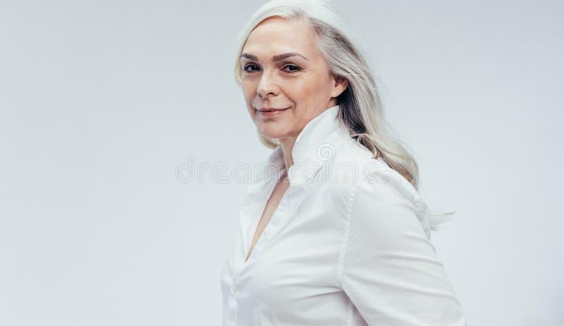 Stilfull hög kvinna i vitt tillfälligt arkivbild