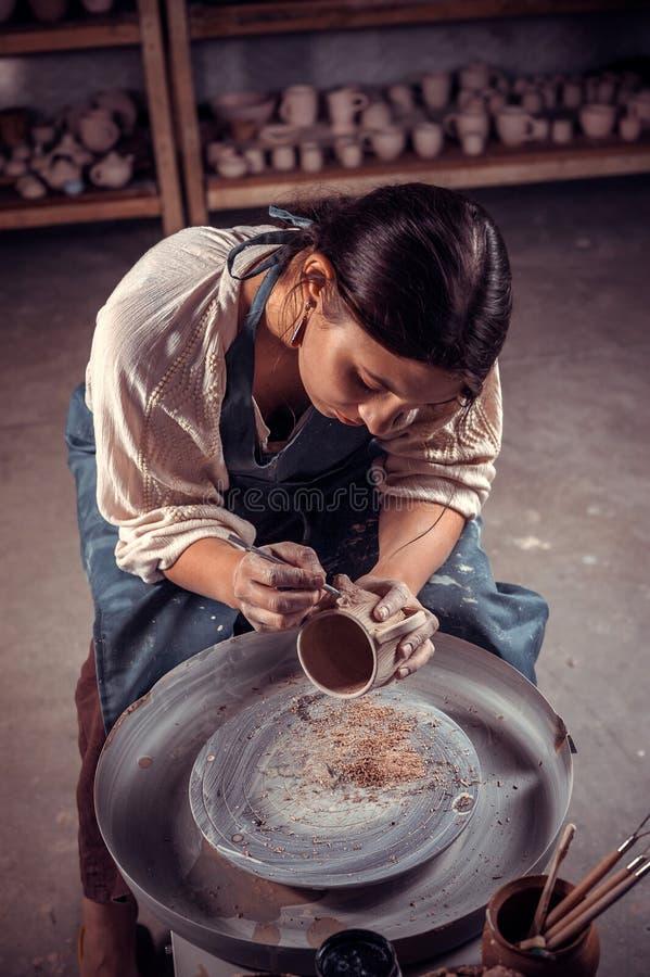 Stilfull hantverkarekvinna som arbetar med krukmakeri på det keramiska seminariet Inspiration och kreativitet arkivfoton