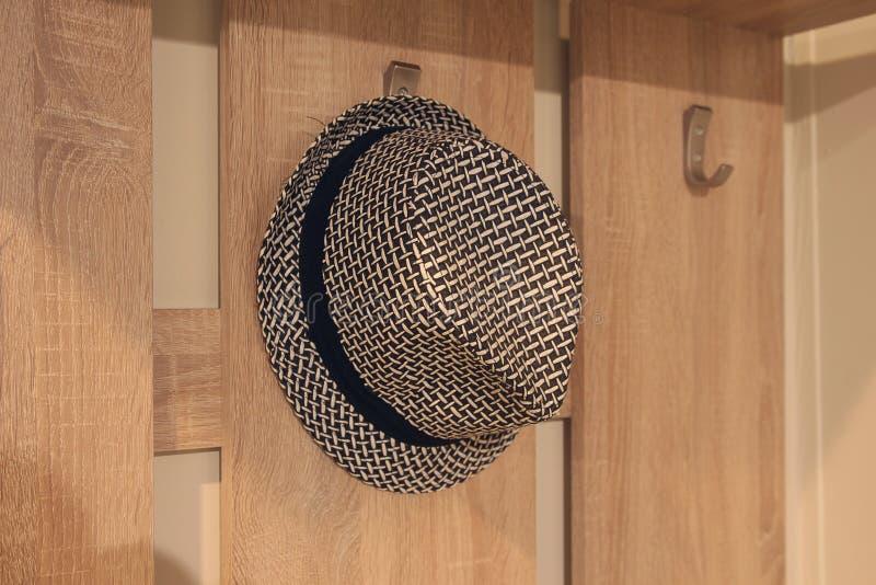 Stilfull hatt som hänger på en hängare royaltyfri fotografi