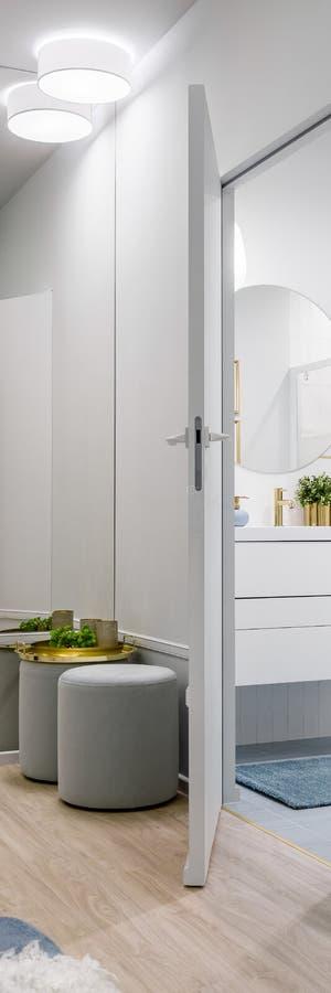 Stilfull hem- korridor i grå färger royaltyfri foto