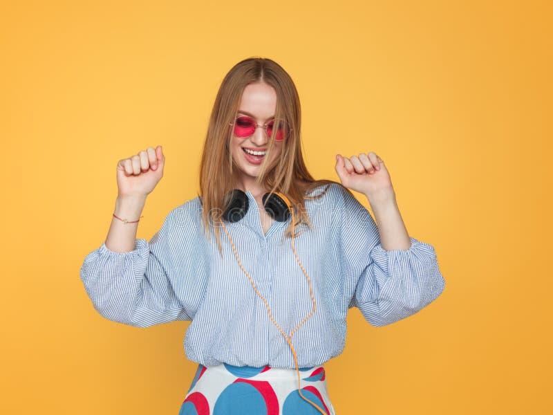 Stilfull hipsterkvinnadans i hörlurar arkivbilder