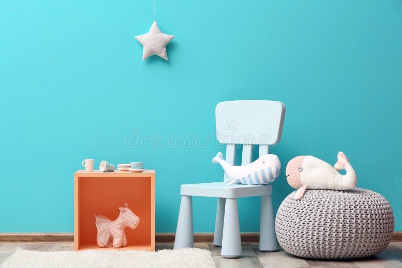 Stilfull inre för rum för barn` s med leksaker royaltyfri foto