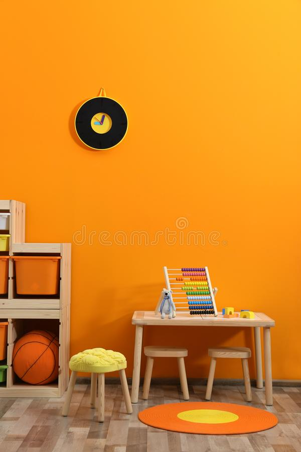 Stilfull inre för rum för barn` s med leksaker arkivfoto