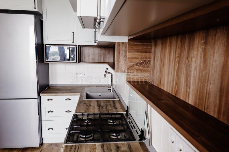 Stilfull kökinre med moderna kabinetter och rostfri stee fotografering för bildbyråer
