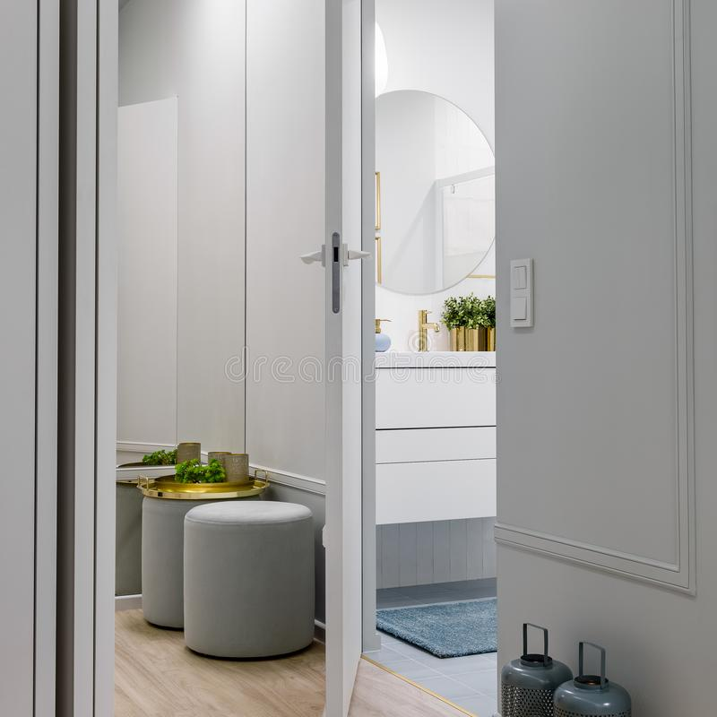 Stilfull korridor i ljus lägenhet arkivfoton