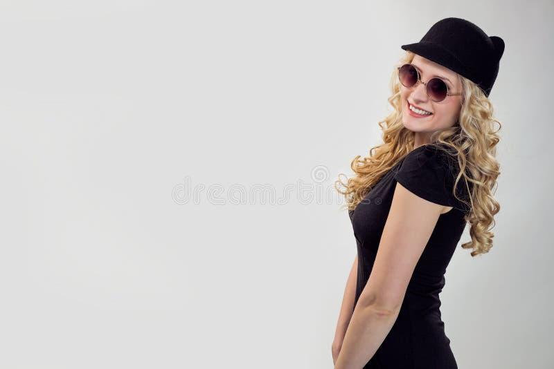 Stilfull kvinna i hatt och solglasögon arkivfoton
