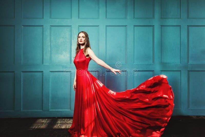 Stilfull kvinna i röd klänning Glamourus härlig modemodell arkivfoto