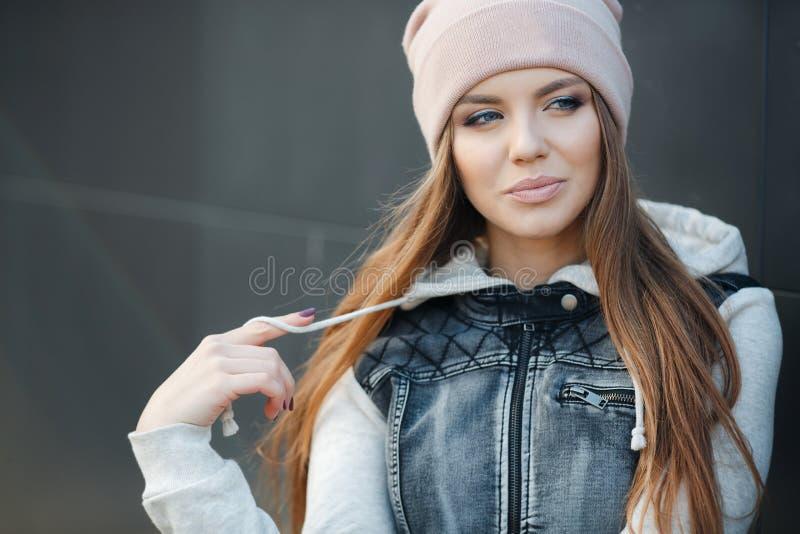 Stilfull kvinna i staden i höst arkivbild