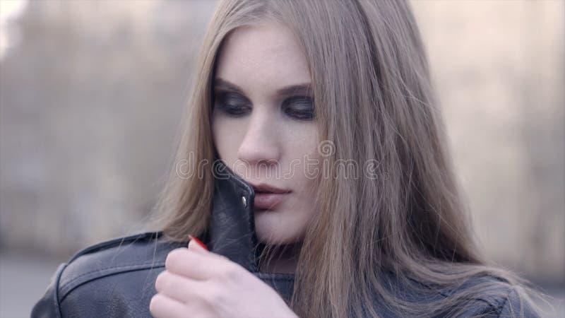 Stilfull kvinna som utomhus ser kameran i gatan actinium Framsidan av en tillfredsst?lld ung kvinna i staden royaltyfri fotografi