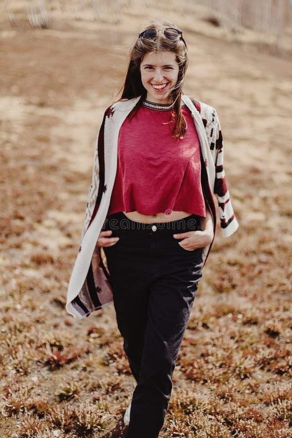 Stilfull kvinnahipster som har gyckel som tycker om liv i solsken i s royaltyfri fotografi