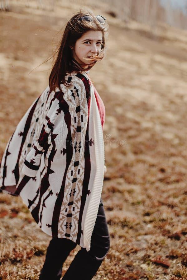 Stilfull kvinnahipster som har gyckel som tycker om liv i solsken i s arkivfoto