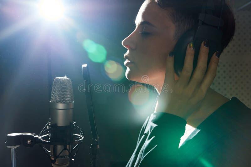 Stilfull kvinnainspelningsång i studio royaltyfria bilder