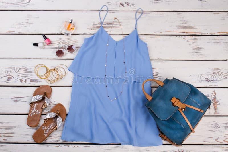 Stilfull kvinnaklänning, bagpack och tillbehör royaltyfri bild