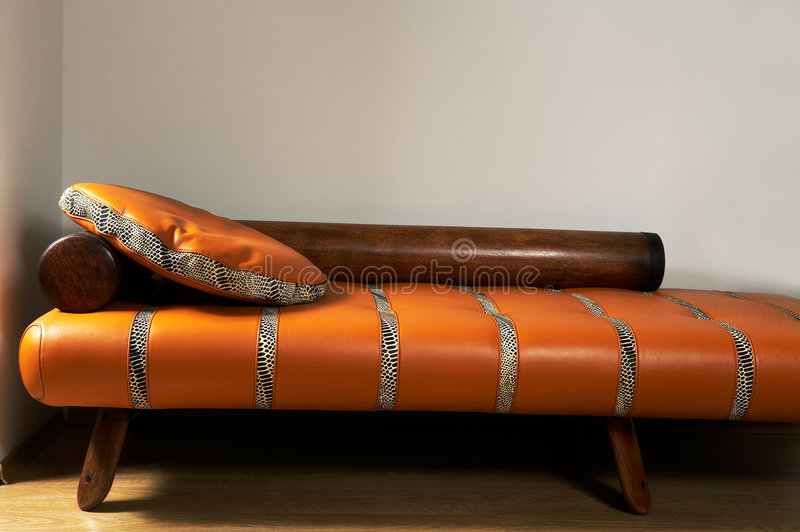 stilfull lädersofa arkivbild