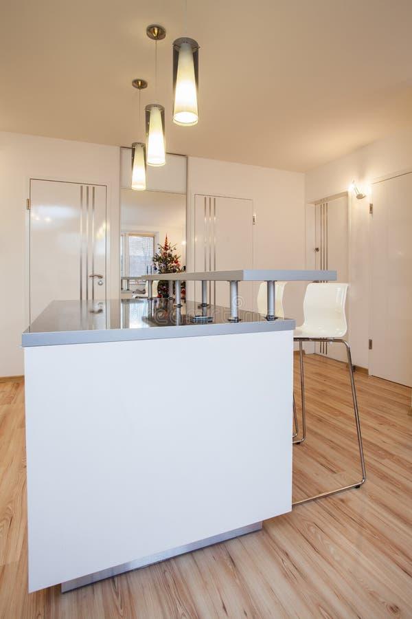 Stilfull lägenhet - kökinre arkivbilder