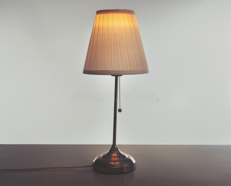 Stilfull lampa på tabellen royaltyfri fotografi
