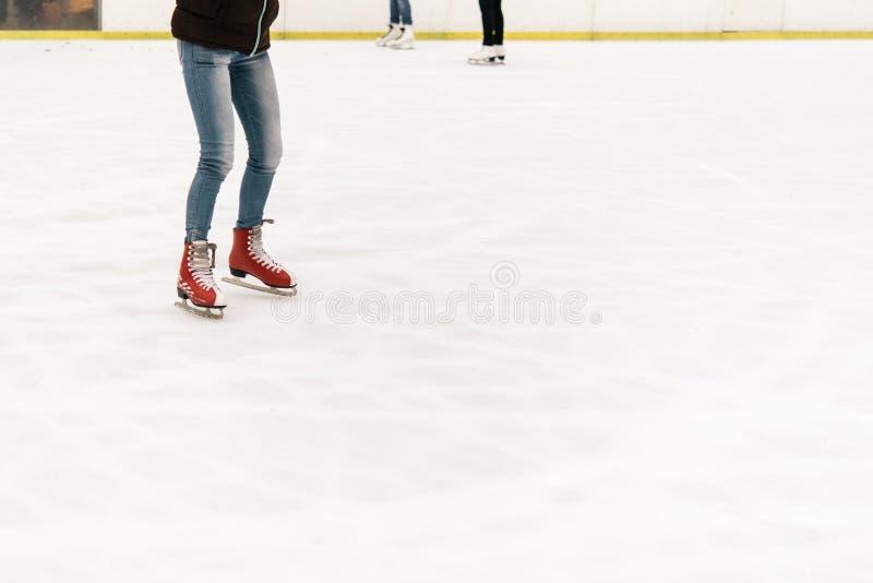 Stilfull lycklig skateboradåkare på en vit åka skridskor isbana i ett centrum, H fotografering för bildbyråer