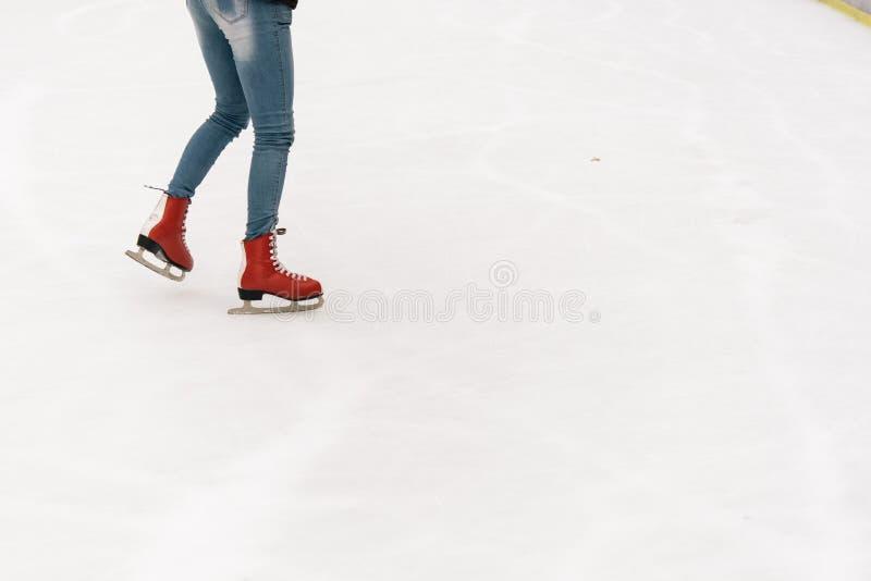 Stilfull lycklig skateboradåkare på en vit åka skridskor isbana i ett centrum, H royaltyfri bild