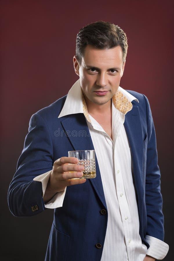 Stilfull man som dricker alkohol royaltyfria bilder