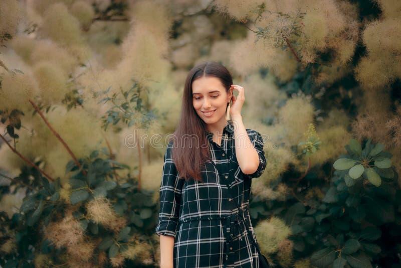 Stilfull modeflicka med örhängen för plädskjorta och tofs arkivbilder